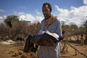 www.reuters.com_-300x200, Ayah menggendong jenazah anaknya